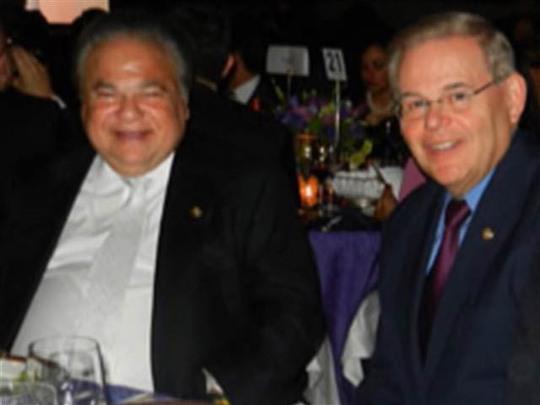 Thượng nghị sĩ Robert Menendez (phải) và bác sĩ Salomon Melgen Ảnh: moremonmouthmusings.net