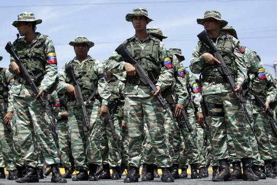Binh sĩ Venezuela tham gia tập trận hôm 14-3 Ảnh: Reuters