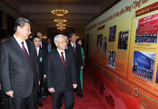 Tổng Bí thư, Chủ tịch nước Trung Quốc Tập Cận Bình và Tổng Bí thư Nguyễn Phú Trọng tham quan Triển lãm Thành quả Hội thảo lý luận giữa Đảng Cộng sản Trung Quốc và Đảng Cộng sản Việt Nam Ảnh: TTXVN