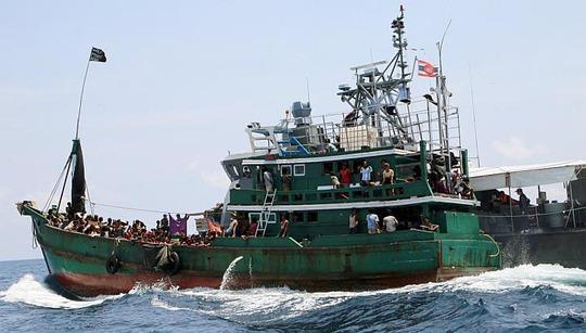 Một thuyền chở người di cư bị tàu hải quân Thái Lan kéo ở ngoài khơi đảo Koh Lipe hôm 16-5. Ảnh: Reuters