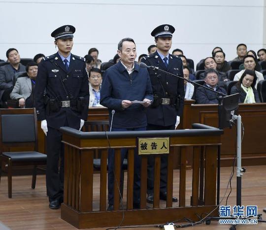 Cựu Chủ tịch Ủy ban Quản lý và Kiểm tra Tài sản Nhà nước Trung Quốc (SASAC) Tưởng Khiết Mẫn nhận tội tham nhũng trong phiên tòa xét xử ngày 13-4 ở tỉnh Hồ Bắc Ảnh: TÂN HOA XÃ