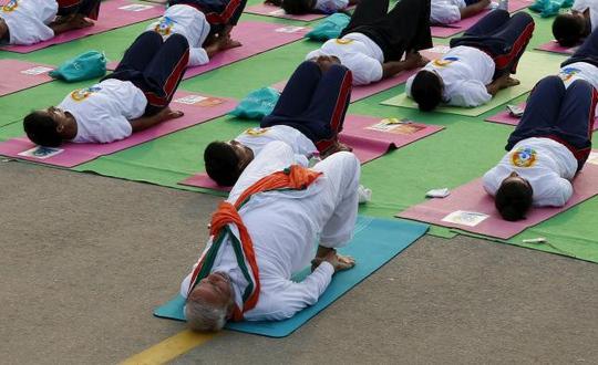 Thủ tướng Ấn Độ Narendra Modi diễn tập yoga tại New Delhi hôm 21-6 Ảnh: Reuters