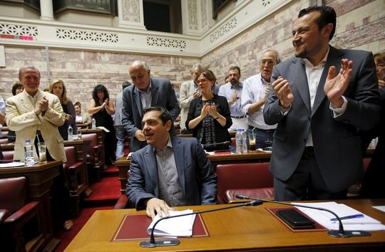 Các nghị sĩ thuộc Đảng Syriza của Thủ tướng Alexis Tspras gặp nhau hôm 10-7 để bàn về đề xuất xin cứu trợ của chính phủẢnh: Reuters