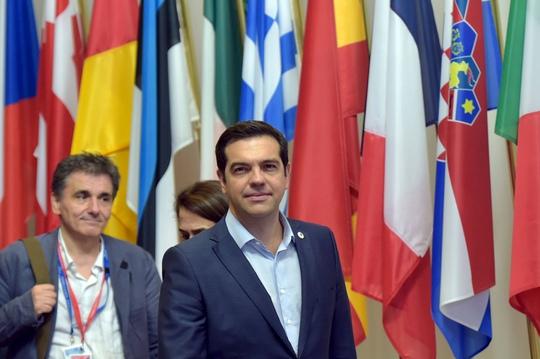 Thủ tướng Hy Lạp Alexis Tsipras (phải) và Bộ trưởng Tài chính Hy Lạp Euclid Tsakalotos rời cuộc họp tại Brussels - Bỉ hôm 13-7Ảnh: REUTERS