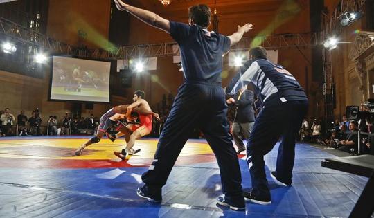 Hai vận động viên đô vật Mỹ và Iran thi đấu tại TP New York hồi năm 2913 Ảnh: AP