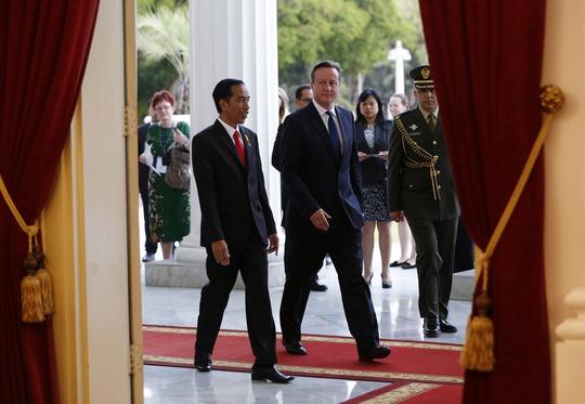 Tổng thống Indonesia Joko Widodo (trái) tiếp Thủ tướng Anh David Cameron tại phủ tổng thống ở thủ đô Jakarta hôm 27-7Ảnh: REUTERS
