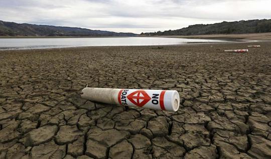 Khu đất bên cạnh hồ Mendocino, bang California - Mỹ trở nên khô cằn. Ảnh: AP
