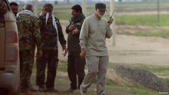 Thiếu tướng Qassem Suleimani sử dụng bộ đàm ở tiền tuyến trong cuộc chiến chống IS tại tỉnh Salahuddin-Iraq hồi tháng 3-2015. Ảnh :Reuters