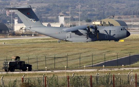 Một máy bay vận tải quân sự Thổ Nhĩ Kỳ tại căn cứ không quân Incirlik ở TP Adana Ảnh: Reuters
