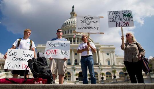 Người dân Mỹ phản đối quốc hội khi chính phủ nước này đóng cửa một phần vào năm 2013 Ảnh: AP
