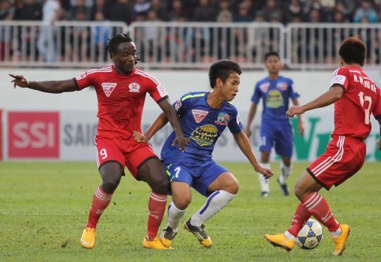 Hồng Duy (7) trong trận HAGL thua Than Quảng Ninh 1-2 trên sân nhà. Anh và đồng đội quyết không để trắng tay lần thứ ba tại Pleiku khi đối thủ chỉ là Đồng Tháp