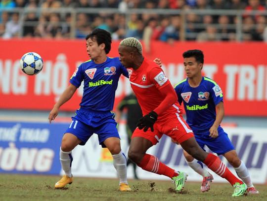 Minh Vương (trái), ứng viên thay thế cho vị trí tiền vệ trung tâm sau khi Xuân Trường vắng mặt vì  chấn thươngẢnh: Hải Anh