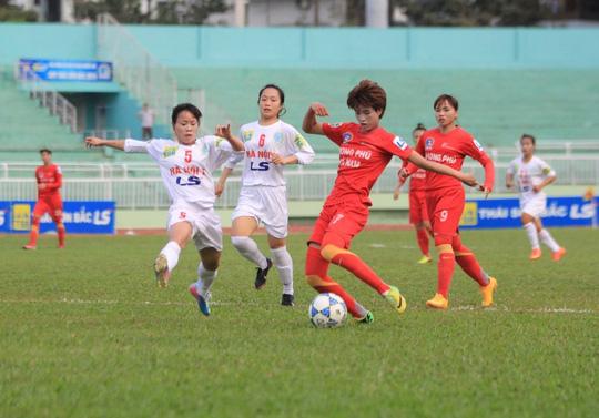 Phong Phú Hà Nam (áo sậm) thua đậm Hà Nội 1 đến 0-5 là kết quả đầy bất ngờ