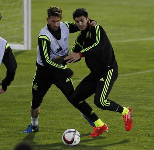 Tiền đạo Morata (phải) cùng trung vệ S.Ramos trong buổi tập của đội Tây Ban NhaẢnh: AS