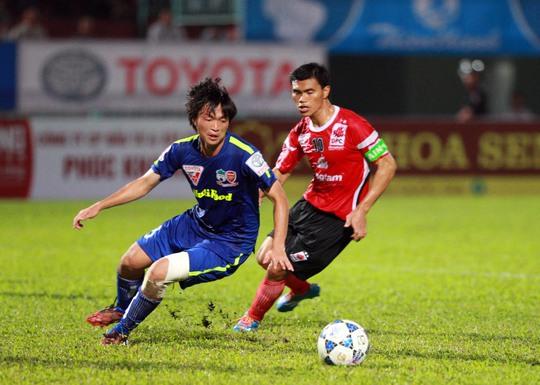HAGL của Tuấn Anh (trái) và ĐTLA của Tài Em là 2 CLB gắn tên nhà tài trợ nhưng không đổi tên kể từ khi tham gia V-LeagueẢnh: Quang Liêm
