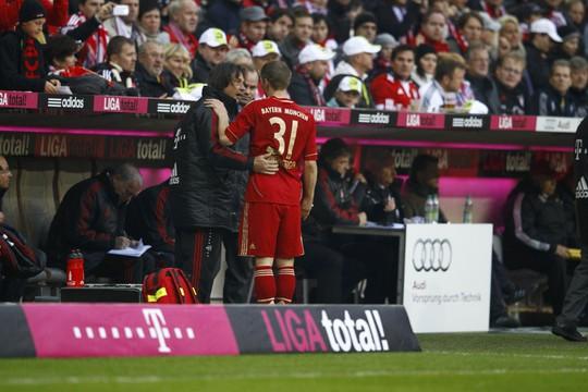 HLV Guardiola cho rằng bác sĩ Wohlfahrt (trái) có trách nhiệm khi Bayern Munich có nhiều ca chấn thương chậm hồi phục Ảnh: REUTERS