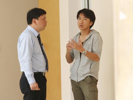 HLV Miura (phải) không chỉ giúp cải thiện về chuyên môn và còn nâng cao tinh thần chuyên nghiệp cho các tuyển thủ Ảnh: Hải Anh