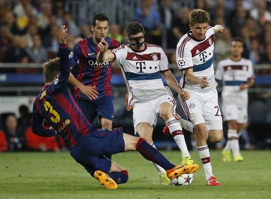 Để lật ngược tình thế, bộ đôi Lewandowski và Muller (bìa phải) cần giúp Bayern ghi bàn sớm trong hiệp 1 Ảnh: REUTERS
