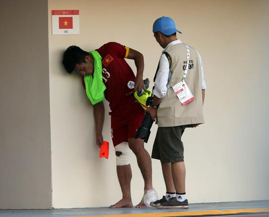 Tấn Tài vừa bị chấn thương gối phải vừa nứt xương mắt cá chân tráiẢnh: Quang Liêm