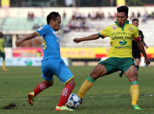 Duy Khanh (phải) trong màu áo CLB Đồng Tháp ở giai đoạn 1 V-League 2015 Ảnh: Ngọc Linh