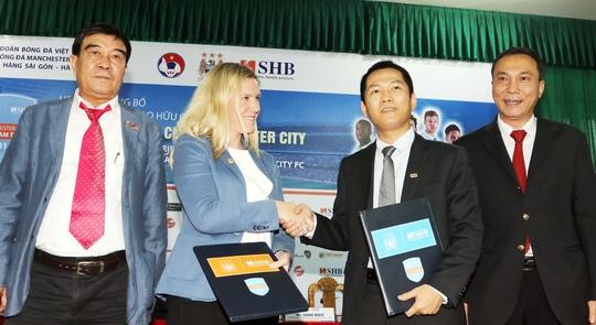 Đại diện Man City bắt tay với nhà tài trợ SHB sau cuộc họp báo chiều 10-7 Ảnh:  Hải Anh