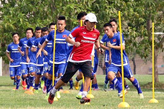 HLV Miura không chỉ giúp cầu thủ cải thiện thể lực mà còn tạo sự gắn kết trong và ngoài sân bóng cho tập thể U23 Việt Nam Ảnh: Hải Anh