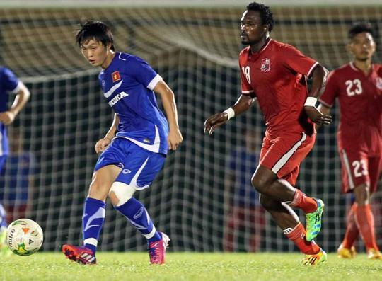 Tuấn Anh (bìa trái) giúp tuyến giữa Olylmpic Việt Nam chơi khởi sắc trong hiệp 2 chiều tối 17-3Ảnh: Quang Liêm