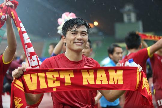 Trung vệ Mạnh Hùng cảm ơn CĐV đồng hương sau khi Olympic Việt Nam giành vé dự VCK U23 châu Á 2016Ảnh: Đức Anh