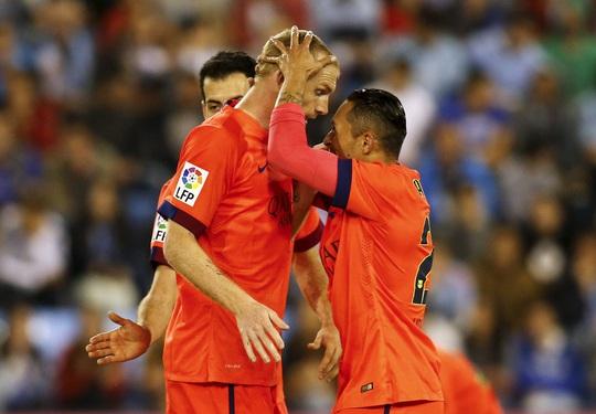 Đồng đội chúc mừng Mathieu (trái) sau bàn thắng quyết định giúp Barca duy trì cách biệt 4 điểm trước Real MadridẢnh: REUTERS