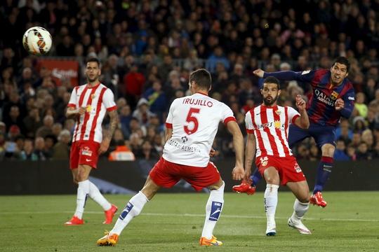 Suarez (bìa phải) tỏa sáng đều đặn là tin vui cho hàng công Barcelona Ảnh: REUTERS