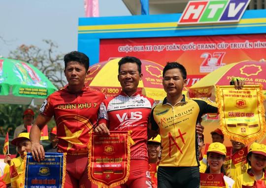 Tay đua Lê Văn Duẩn (giữa) xuất sắc giành lại áo xanh cho đội TP HCM