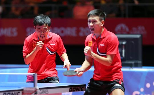 Tuấn Quỳnh (trái) và Anh Tú sau chiến thắng ở tứ kếtẢnh: Quang Liêm