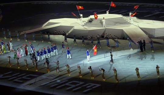 Đoàn Việt Nam được giới thiệu khi diễu hành trong lễ khai mạcẢnh: Quang Liêm