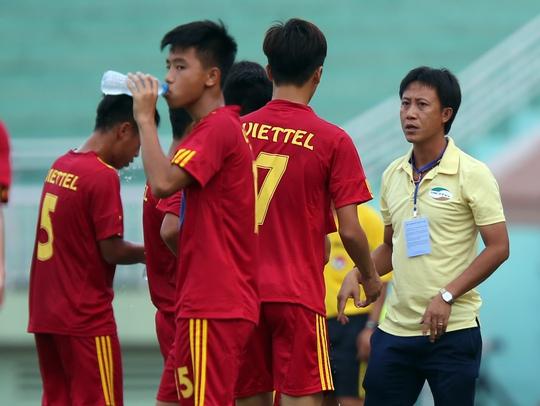 HLV Thành Công chỉ đạo cầu thủ U17 Viettel