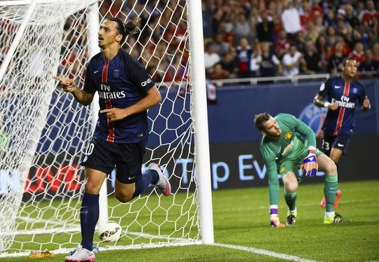 De Gea sau khi để Ibrahimovic (trái) ghi bàn thắng thứ hai cho PSG sáng 30-7Ảnh: REUTERS