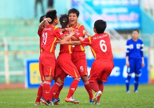 Các cầu thủ TP HCM chúc mừng Huỳnh Như (giữa) sau pha mở tỉ số ở phút 17