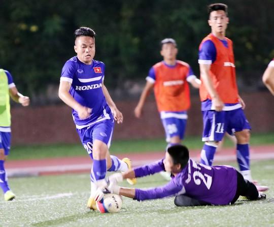 Phi Sơn trong buổi tập của đội U23 Việt Nam vào chiều tối 25-5 ở SingaporeẢNH: Hải Anh