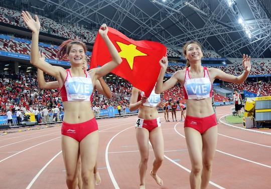 Đội tiếp sức 4x400 m nữ giành HCV và phá kỷ lục tồn tại 24 năm Ảnh: Quang Liêm