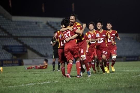 Các cầu thủ TP HCM vui mừng sau pha nâng tỉ số lên 2-1 của Thùy Trinh (67)Ảnh: Hải Anh