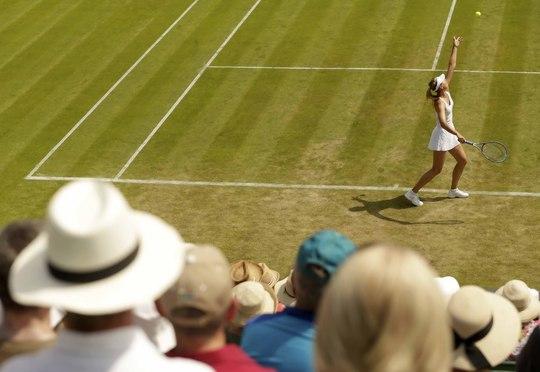 Khán giả theo dõi cú giao bóng của Sharapova ở trận thắng Hogenkamp  Ảnh: REUTERS