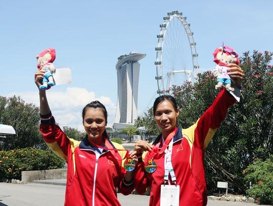 Tạ Thanh Huyền và Phạm Thị Thảo giữ vững phong độ khi giành HCV nội dung Thuyền mái nhẹ đôi nữ 500 m Ảnh: Quang Liêm