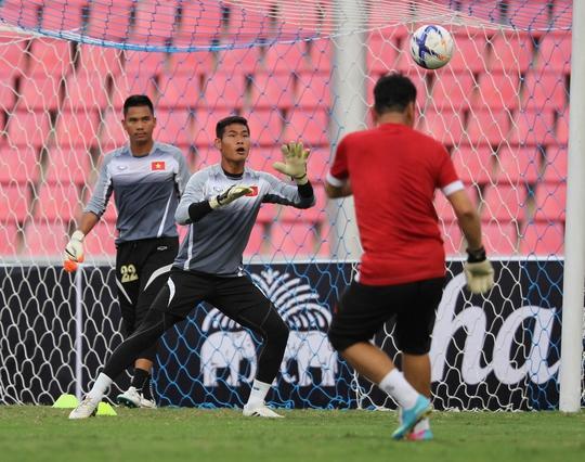 Các thủ môn Việt Nam trong buổi tập chiều 23-5 tại BangkokẢnh: Ngọc Linh