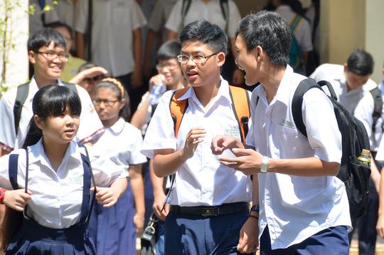 Thí sinh trao đổi sau khi thi môn Anh văn trong kỳ thi tuyển sinh lớp 10 tại TP HCM. Ảnh: Tấn Thạnh