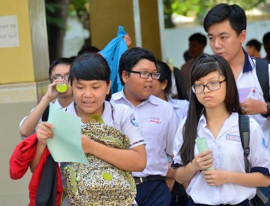 Thí sinh trao đổi sau giờ làm bài thi môn ngoại ngữ tại Trường THPT Hùng Vương. Ảnh: Tấn Thạnh