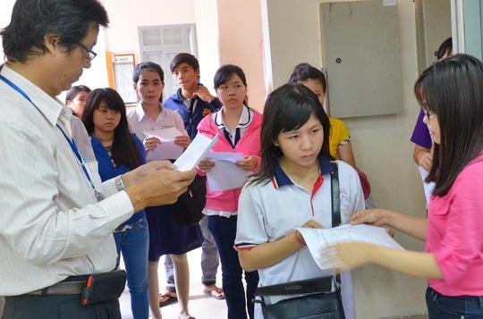 Thí sinh làm thủ tục dự thi tại Trường ĐH Sài Gòn