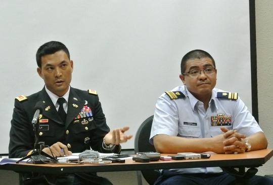 Thiếu tá Lý V. Thắng (Lục quân Mỹ), Trưởng Văn phòng Hợp tác quốc phòng Đại sứ quán Mỹ (trái) và Thiếu tá Arturo Perez, thuộc lực lượng phòng vệ biển Mỹ, Phó Văn phòng hợp tác quốc phòng Đại sứ quán