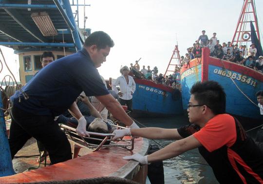 thi thể các thuyền viên được đưa vào bờ