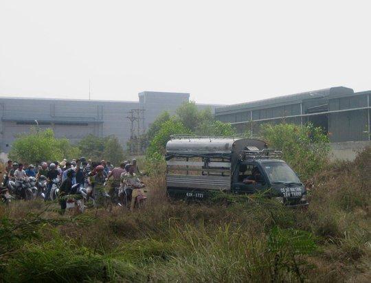 Thi thể nạn nhân được đưa khỏi hiện trường để tiếp tục phục vụ công tác điều tra