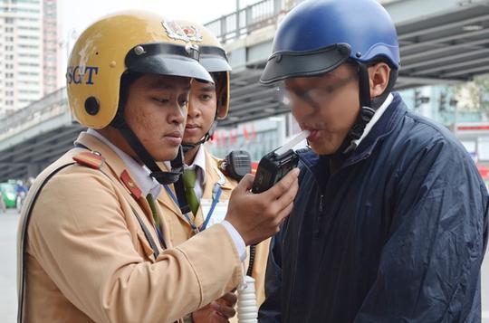 CSGT Hà Nội tiến hành đo nồng độ cồn một người điều khiển phương tiện tham gia giao thông