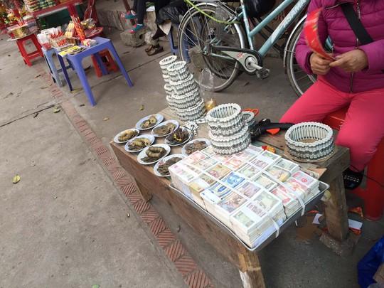 Dù đã có quy định cấm nhưng tiền lẻ vẫn được đổi thoải mái ở đền Bà Chúa Kho ngày giáp Tết Ất Mùi